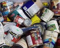 Boîtes de conserve et pots de peinture